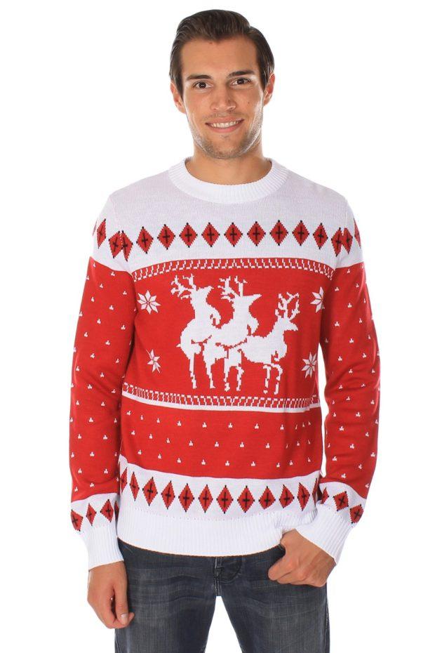 белый с красным свитер с оленем и снежинками
