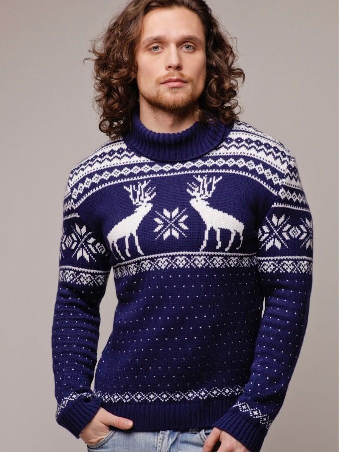 синий свитер с оленем и снежинками