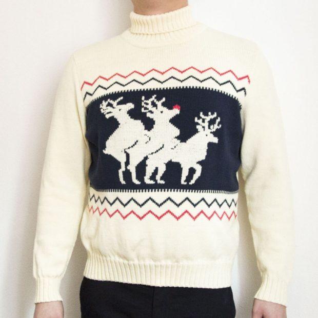 белый свитер с тремя оленями и снежинками
