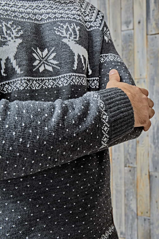 серый свитер с оленем и снежинками