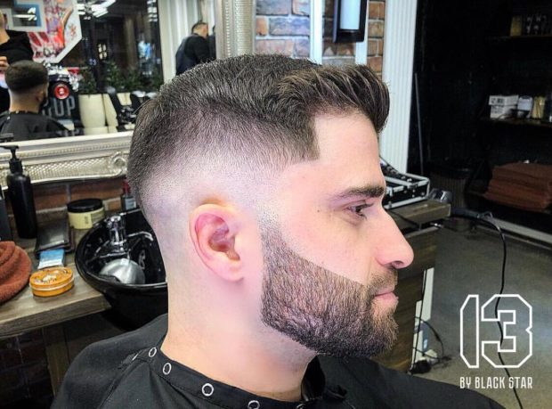 мужская стрижка: выбритый затылок и виски