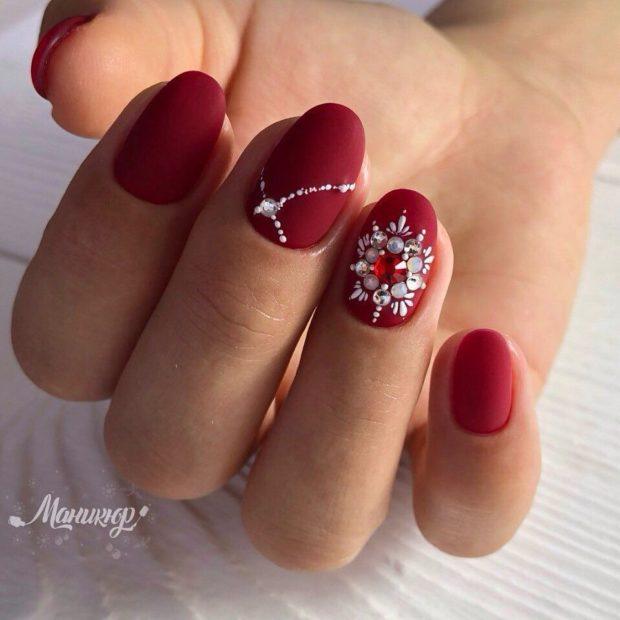 новогодний маникюр на короткие ногти: красный стразы