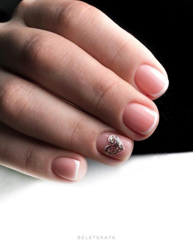 новогодний маникюр на короткие ногти: нюдовый сердце