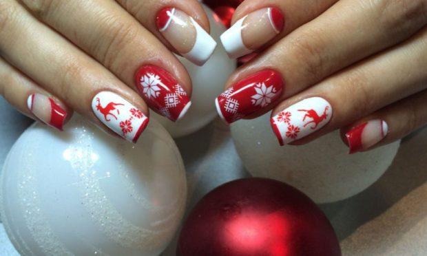красно-белый маникюр с оленями и снежинками