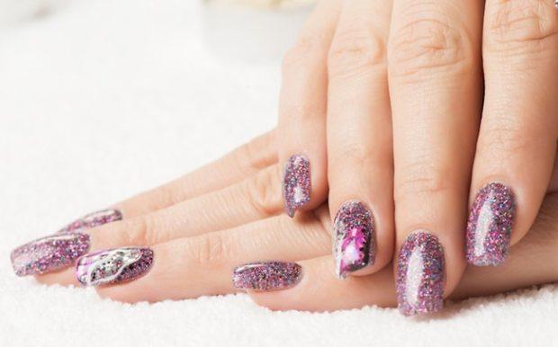 новогодний маникюр фиолетово-розовый в блестки