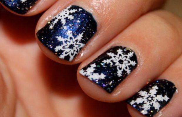 синие ногти в снежинки