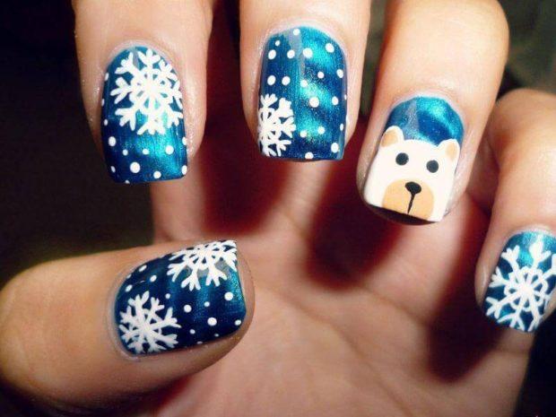 синие ногти со снежинками мордашкой пса