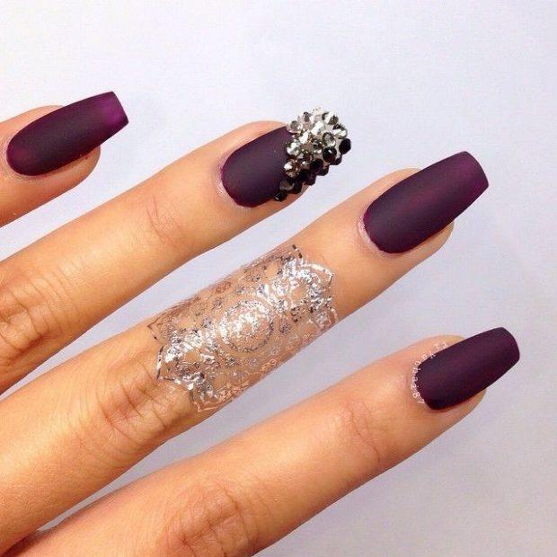дизайн ногтей на новый год 2019: бордовые ногти с камнями