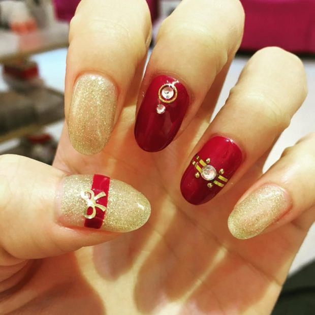 дизайн ногтей на новый год 2019: золотые ногти с красным с камнями