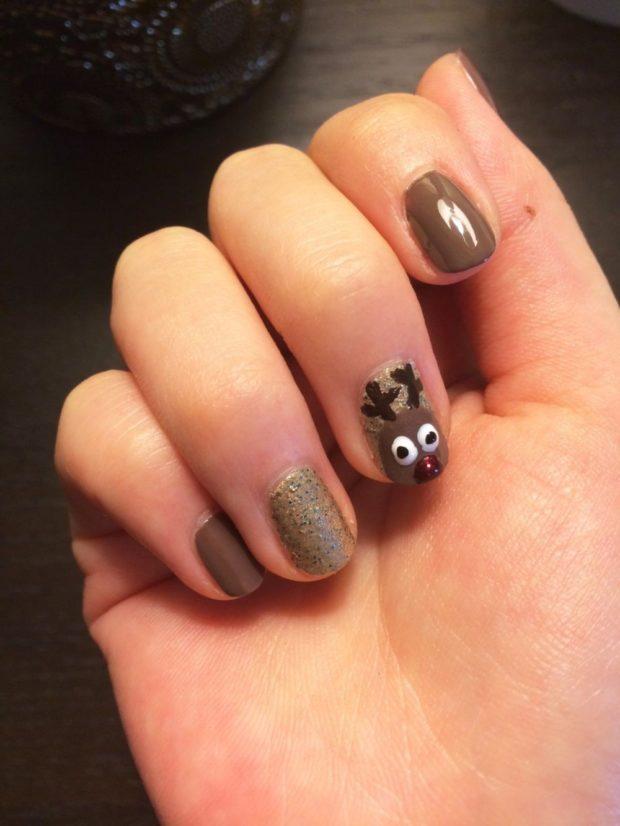дизайн ногтей на новый год 2019: коричневые ногти с оленем