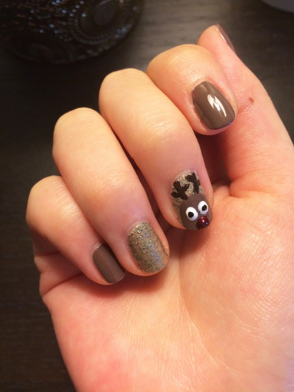 коричневые ногти с оленем
