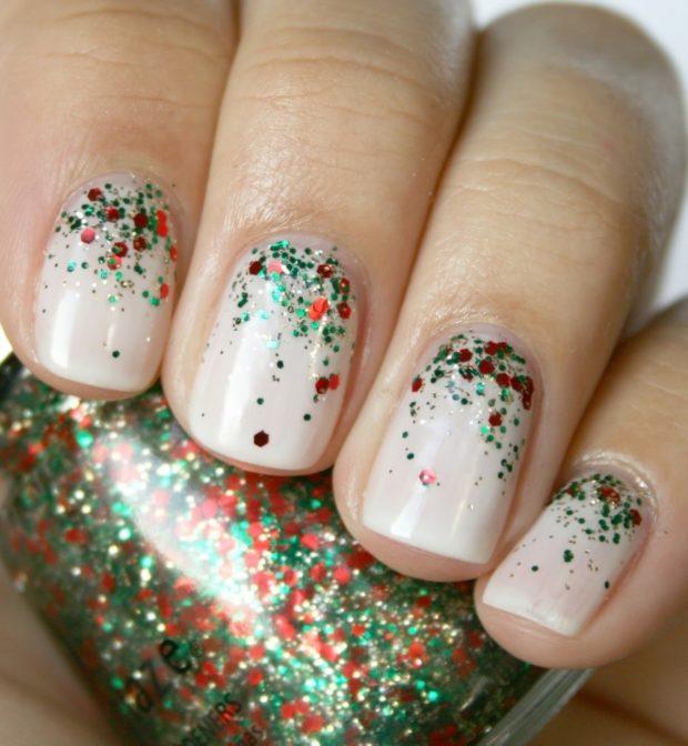 дизайн ногтей на новый год 2019: белые ногти красно-зеленая россыпь блестки