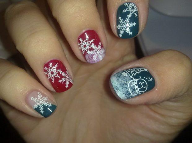 серые с красным ногти в снежинку