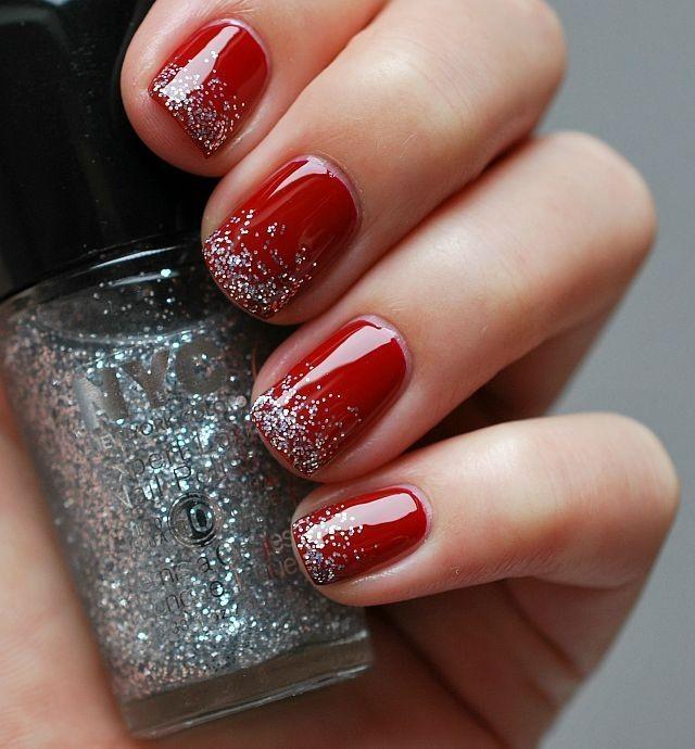 красные ногти с серебристыми узорами
