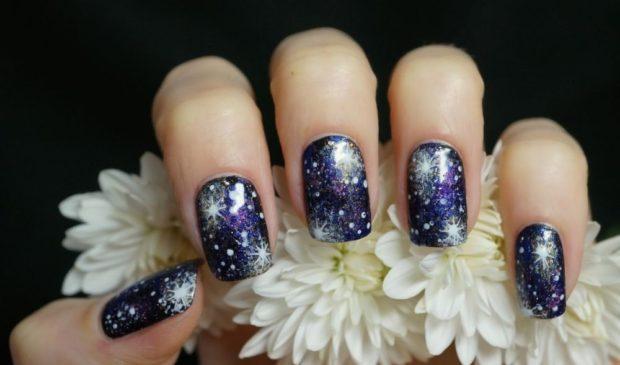 синие блестящие ногти со снежинками