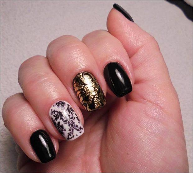 дизайн ногтей на новый год 2019: черные ногти с золотом палец белый с вензелями