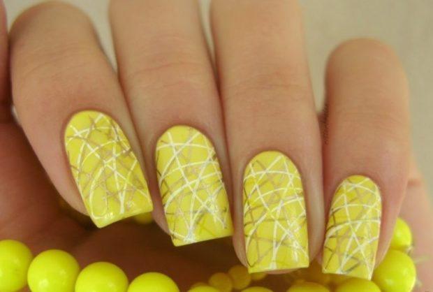 дизайн ногтей на новый год 2019: желтые ногти с полосками