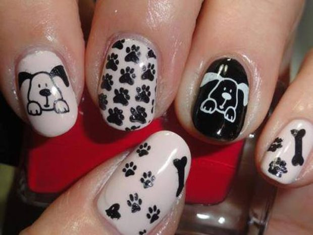 дизайн ногтей на новый год 2019: черно-белые ногти с мордашкой собаки и лапками