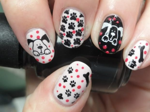 дизайн ногтей на новый год 2019: черно-белые ногти с собаками с красным