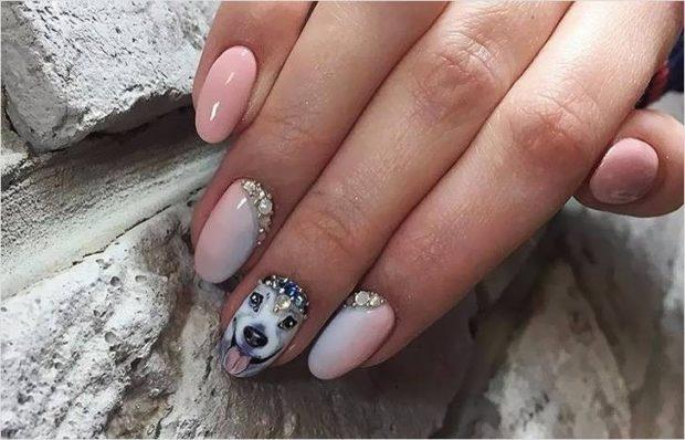 дизайн ногтей на новый год 2019: светлые ногти с мордой собаки и камнями