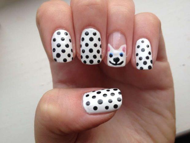 белые ногти в черный горох на одном пальце морда собаки