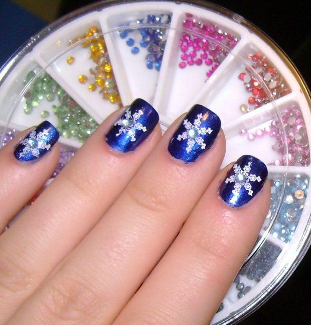 маникюр новый год стразы: синий со снежинкой и камнем