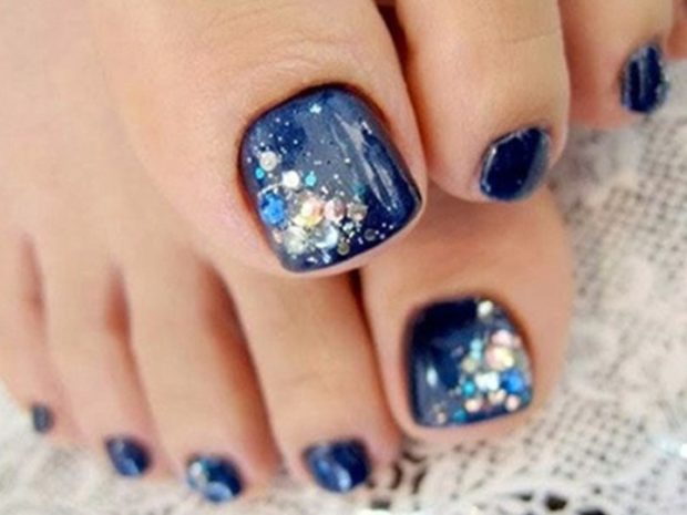 синие ногти с комификубиками