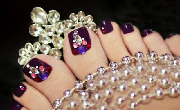 фиолетовые ногти с камнями