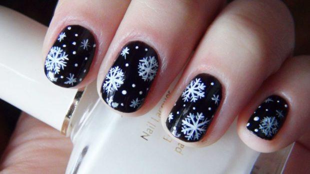 новогодний маникюр: черный со снежинками