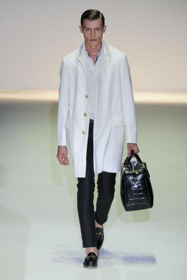 одежда для мужчин: пальто белое брюки черные