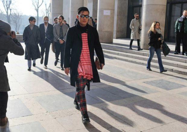 штаны в клетку черное пальто шарф красную