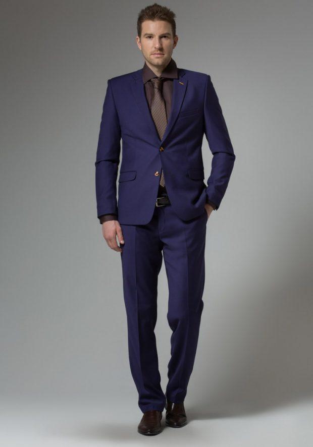 синий классический костюм