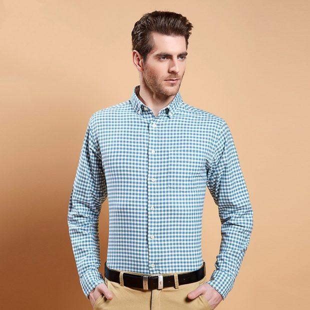 Модная одежда для мужчин 2019-2020: рубашка в клетку синяя брюк светлые