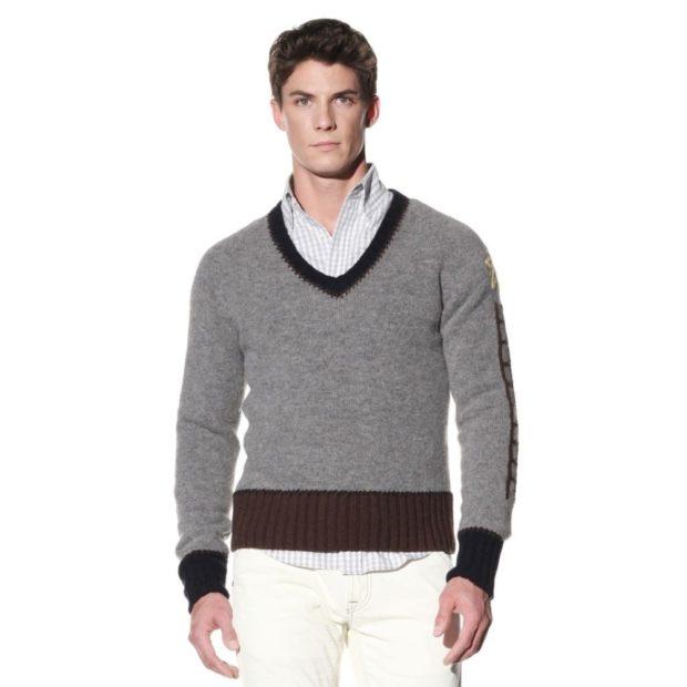 серый свитер с коричневыми резинками