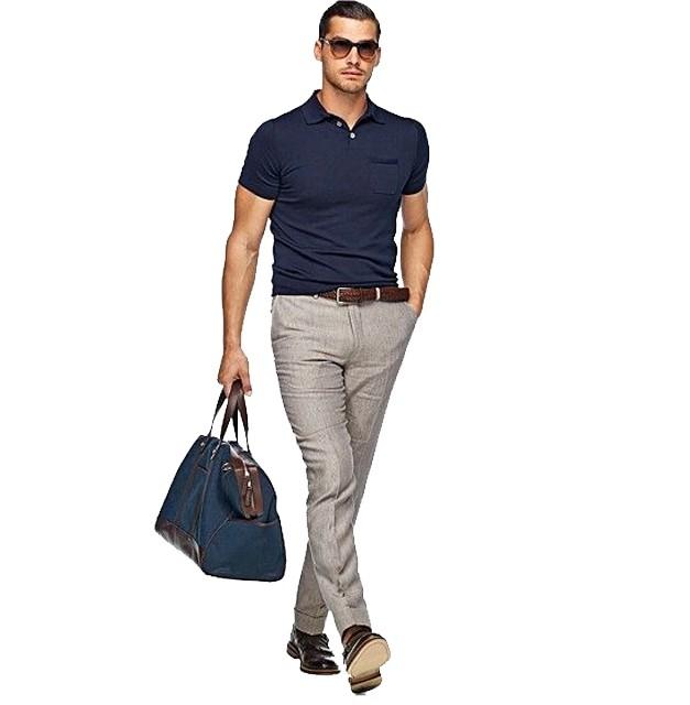Модная одежда для мужчин 2020-2021: стиль кэжуал футболка синяя брюки серые