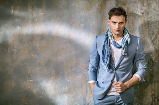 Модная одежда для мужчин 2019-2020: голубой костюм и шарф