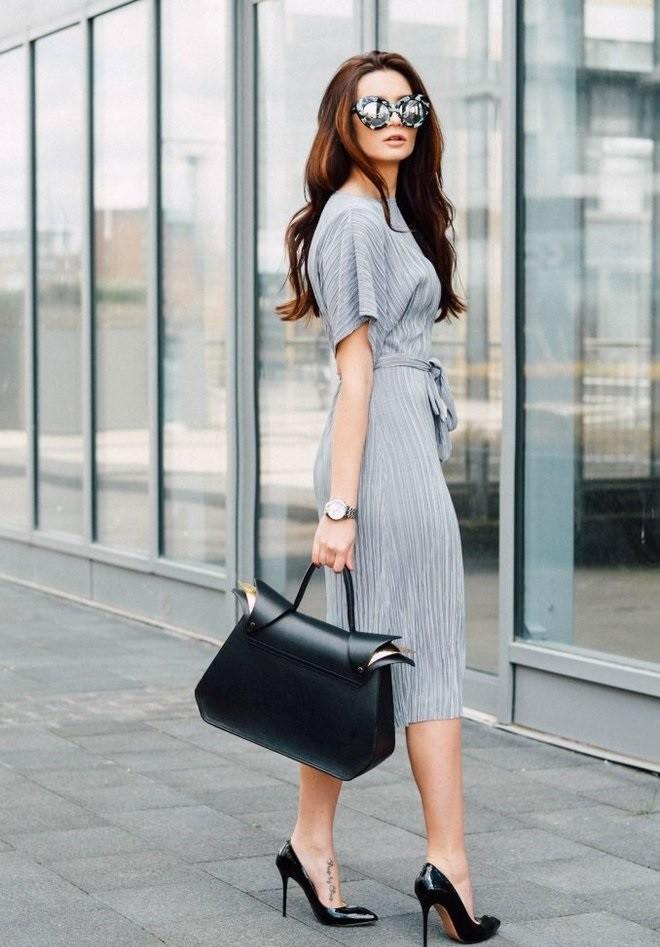 офисное платье серое легкое на пояске