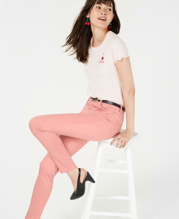 пудровые джинсы с чем носить