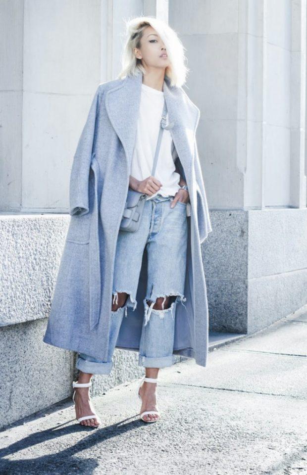 с чем носить джинсы: под серое пальто оверсайз