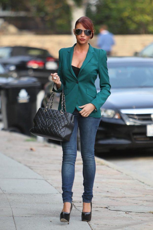 с чем носить джинсы под пиджак зеленый