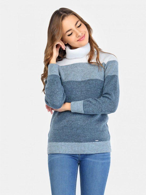 с чем носить джинсы: под свитер под горло полосатый