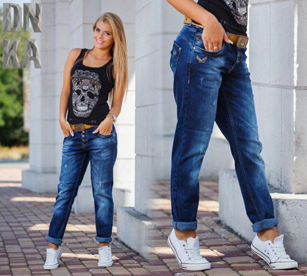 с чем носить джинсы: синие с подкатом под кеды