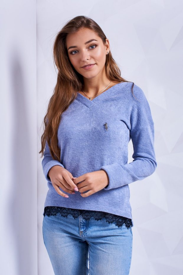 с чем носить джинсы: под свитер сиреневый с кружевом
