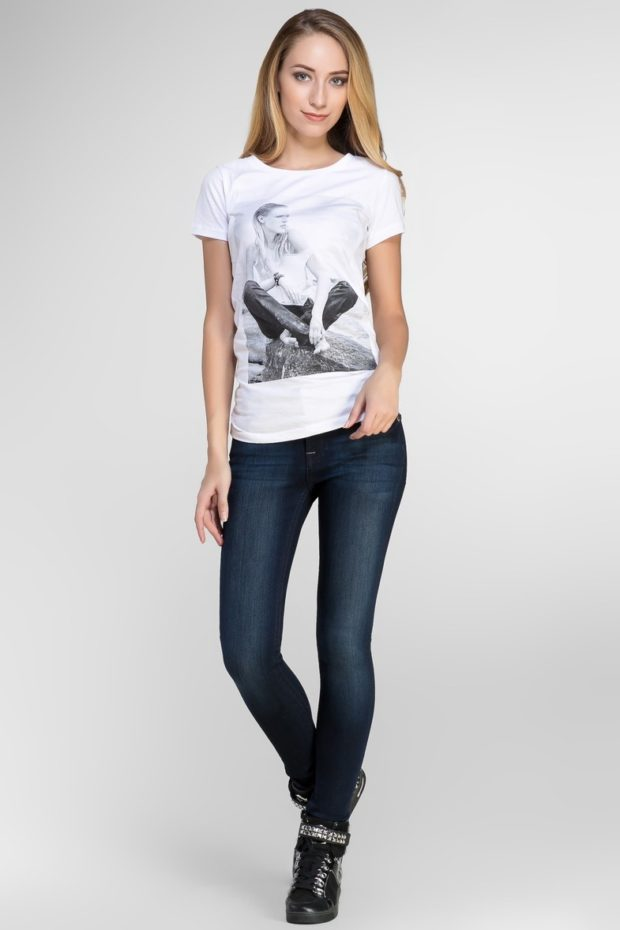 с чем носить джинсы: под футболку в принт