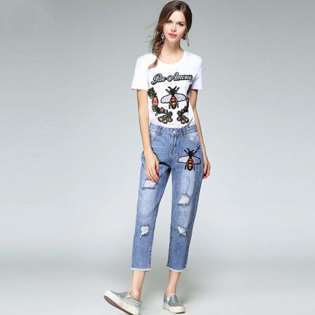 с чем носить джинсы: короткие под футболку с принтом