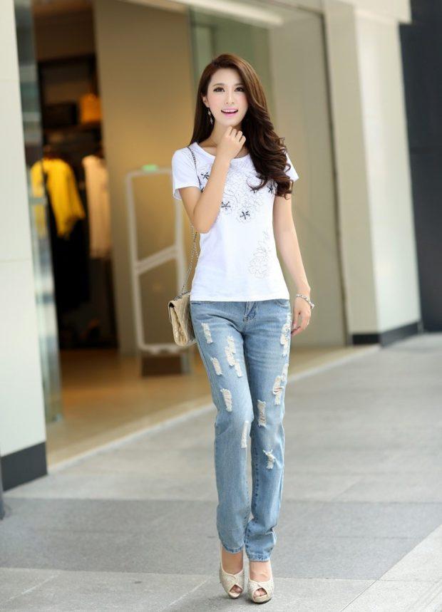 с чем носить джинсы: голубые под футболку