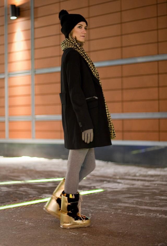 сапоги луноходы без каблука золотые с черным под лосины пальто черное