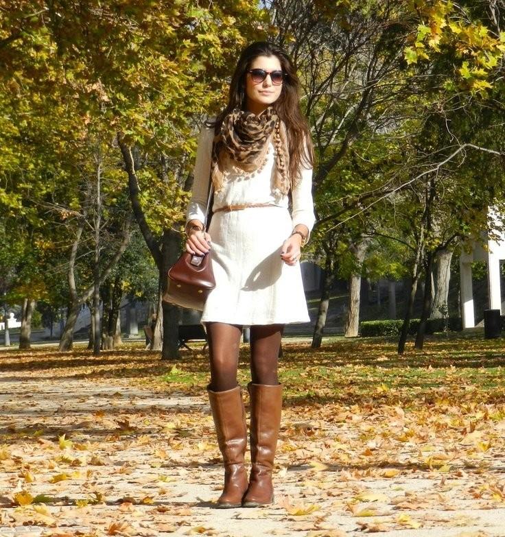 Сапоги без каблука коричневые под тунику белую