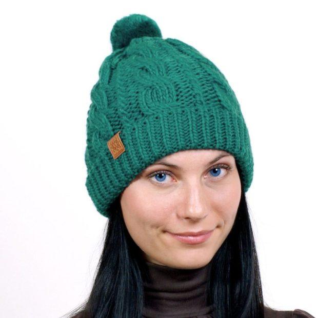 шапка вязанная зеленая с маленьким бубоном