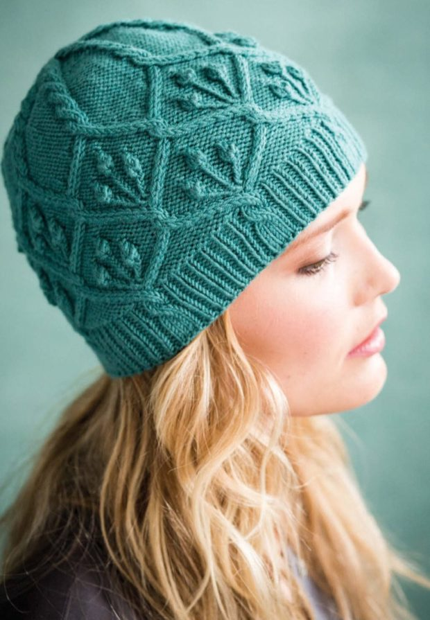 шапка вязанная зеленая с узорами